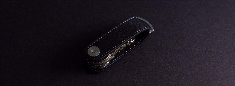 Luxusní kožená klíčenka kompaktní v černé